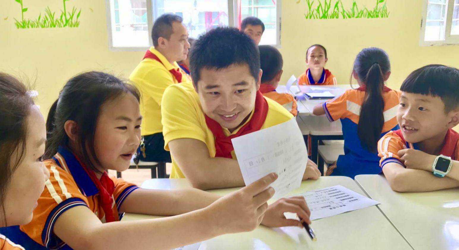能量中国携手一起教育科技对习水县学校进行教育援助